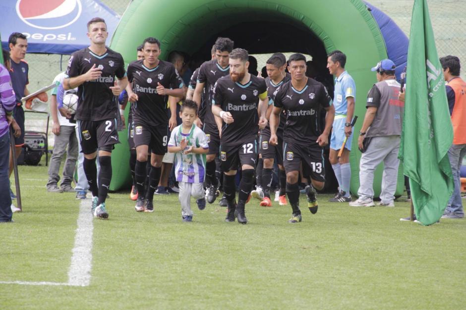 Cuando los Cremas salen, Miguel también los acompaña. (Foto: Fredy Hernández/Soy502)