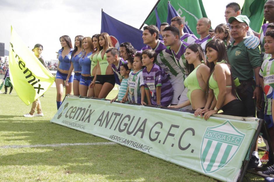 Miguel se tomó la foto con Antigua GFC. (Foto: Fredy Hernández/Soy502)