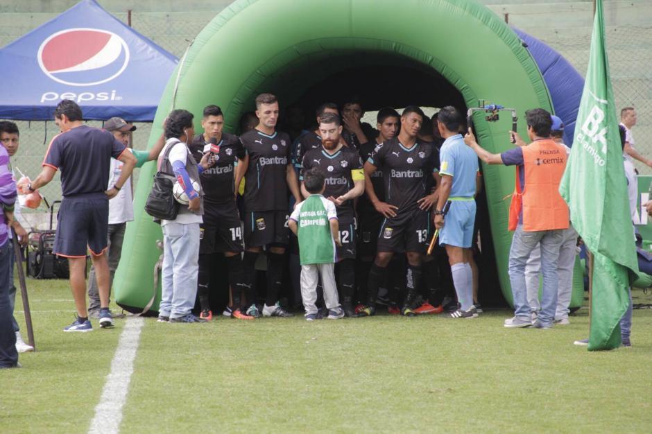 Incluso, habla con el capitán crema, Jean Márquez, y hasta parece que iba con él. (Foto: Fredy Hernández/Soy502)