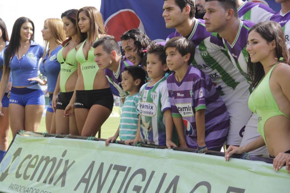 Todos creían que Miguel acompañaba a un jugador. (Foto: Fredy Hernández/Soy502)