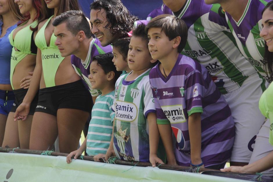 Primero, Miguel (el niño al frente, con la camisola verde de Antigua) apareció con el equipo local. (Foto: Fredy Hernández/Soy502)