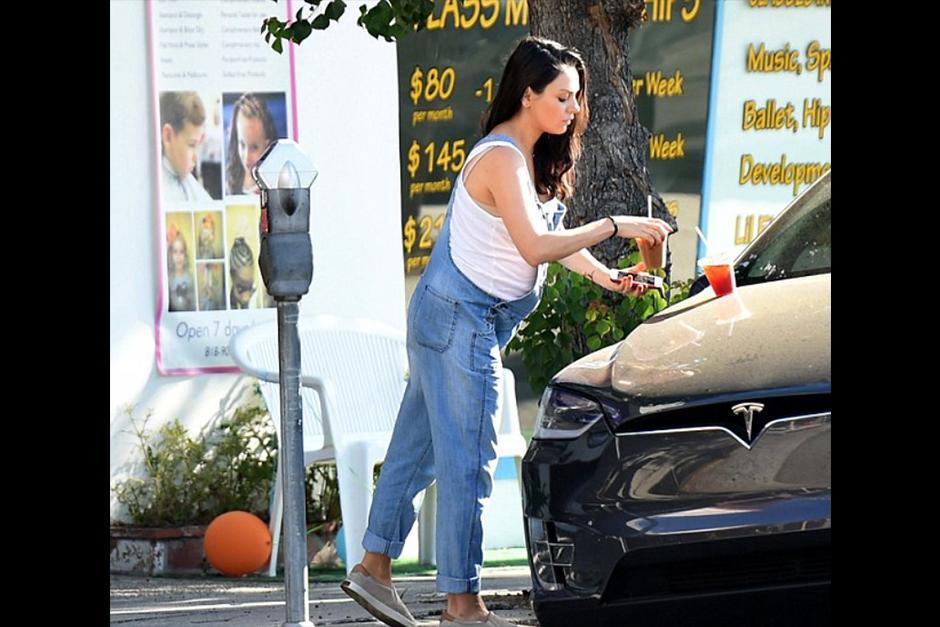 Mila se quita el calor de Los Ángeles con dos refrescos fríos. (Foto: dailymail)