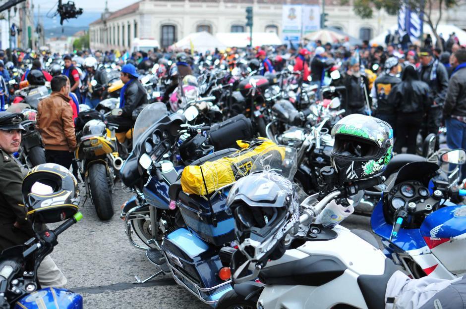 Cientos de motociclistas esperan el banderazo de salida para la Caravana del Zorro 2016.(Foto: Alejandro Balán/Soy502)