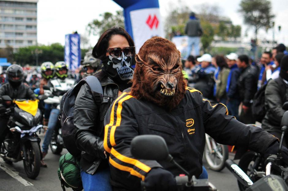 Dos personas viajan en una motocicleta sin utilizar el casco durante la edición 55 de la Caravana del Zorro. (Foto: Alejandro Balán/ Soy502)