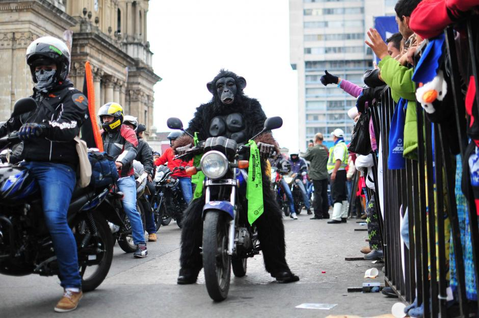 Algunos participantes se inclinaron por utilizar una máscara en lugar del casco. (Foto: Alejandro Balán/ Soy502)