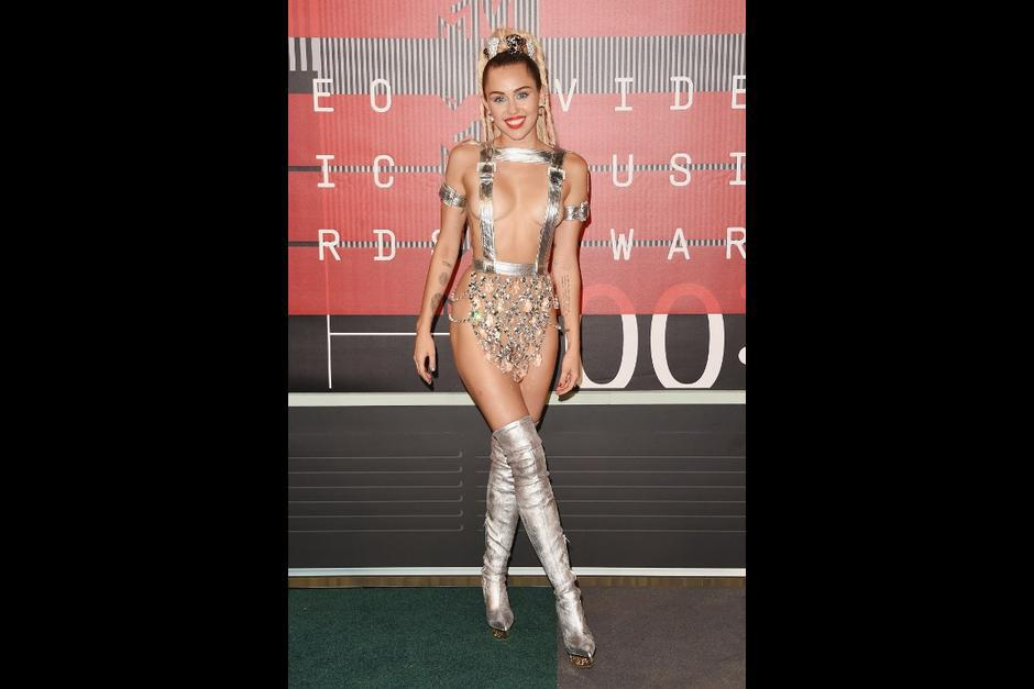 La conductora del evento Miley Cyrus asiste a los MTV Video Music Awards. (Foto: AFP)