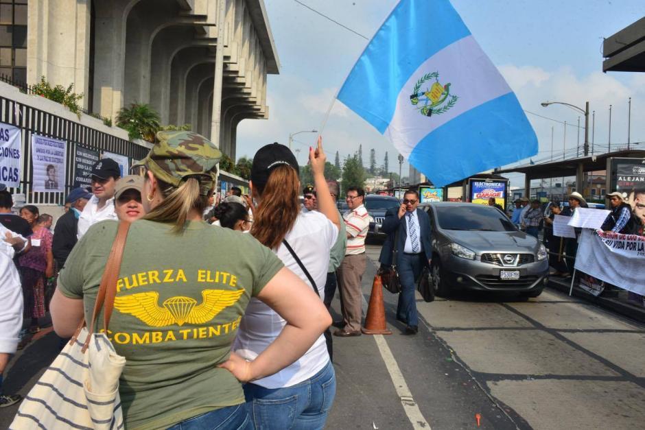 En las afueras de Tribunales, familiares y amigos de los militares realizaron una manifestación de apoyo. (Foto: Jesús Alfonso/Soy502)