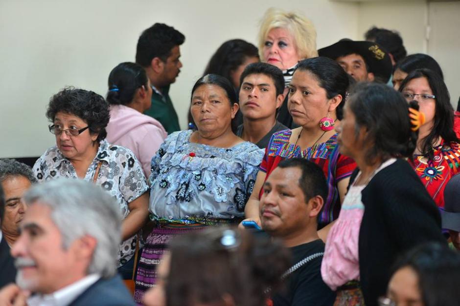 Algunos miembros de las familias desaparecidas en el conflicto armado interno entre 1960 y 1996 en Guatemala. (Foto: Wilder López/Soy502)