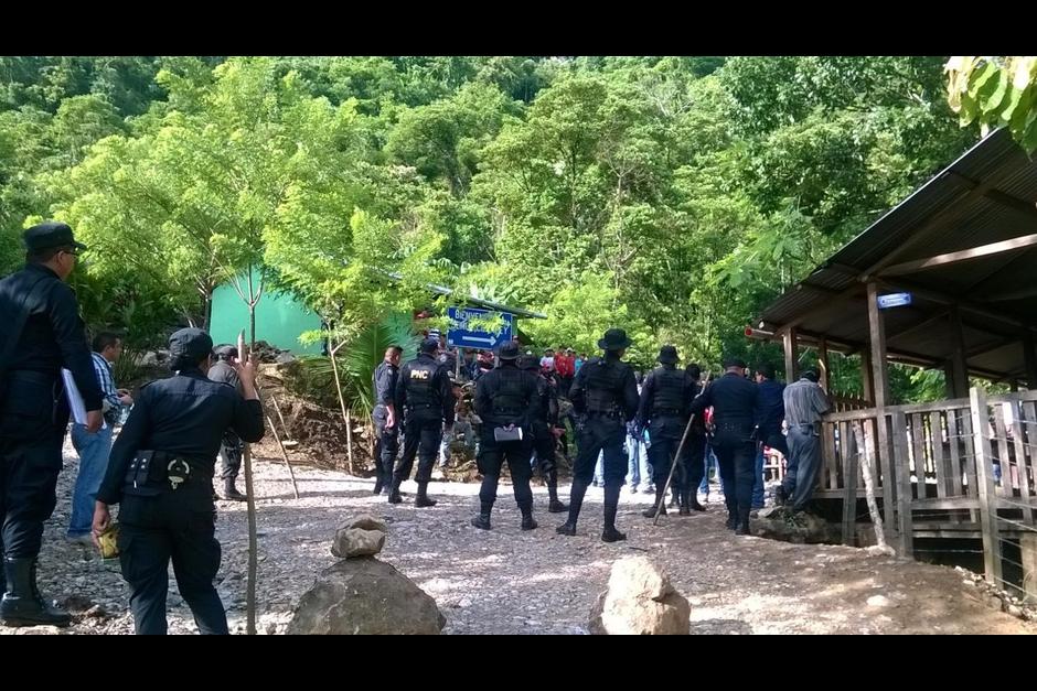 El desalojo dejó cuatro agentes heridos. (Foto: Mingob)