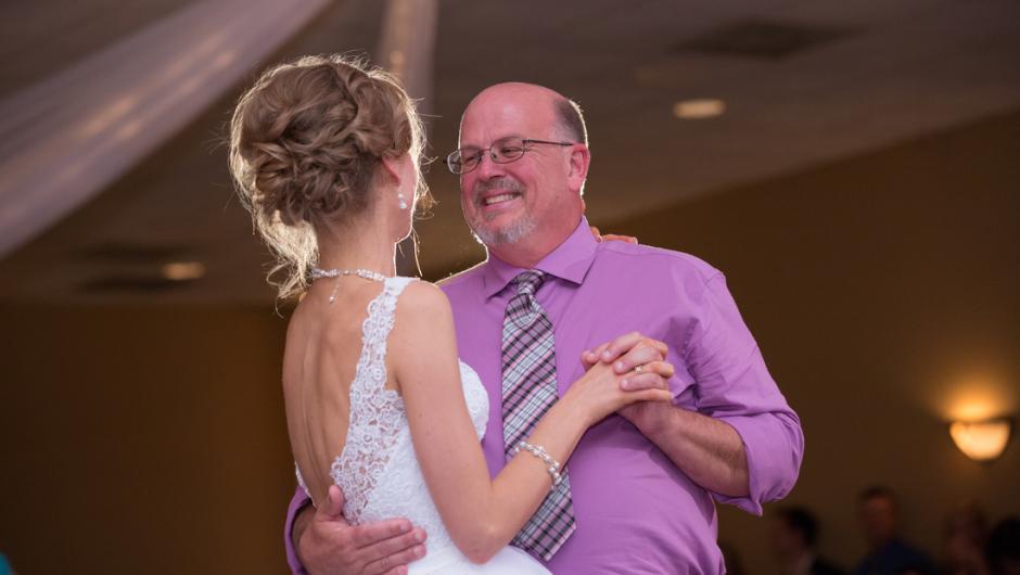 La mujer bailó con su donador de médula ósea.