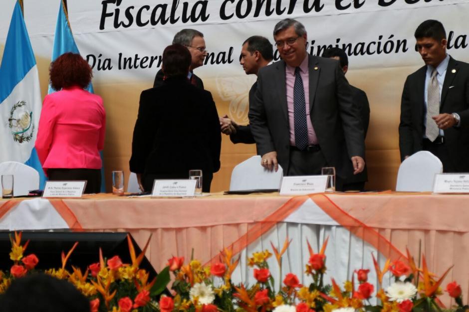 Rivas extendió la mano al padre de Claudina, Jorge Velásquez, para saludarlo al final el evento de la inauguración de la fiscalía contra el Femicidio. (Foto: Alejandro Balán/Soy502)