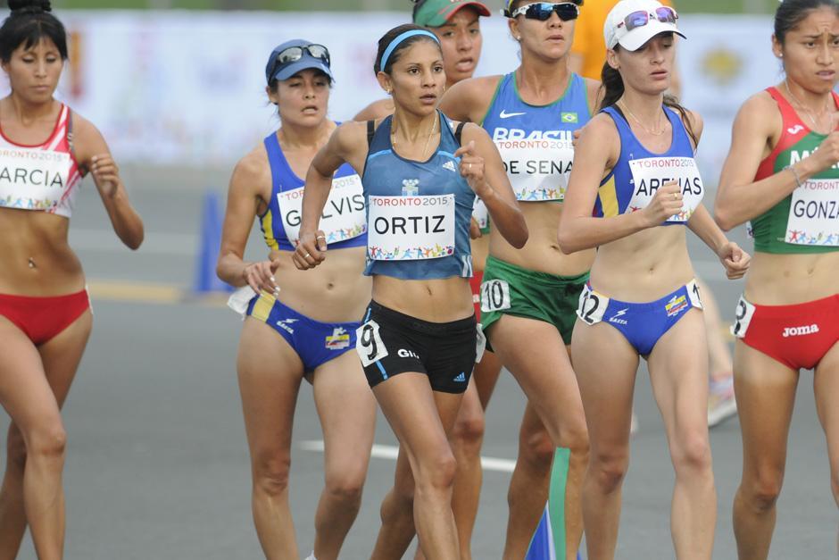 Mirna Ortiz captada junto al pelotón principal durante los primeros kilómetros de competencia. (Foto: Pedro Mijangos/Soy502)