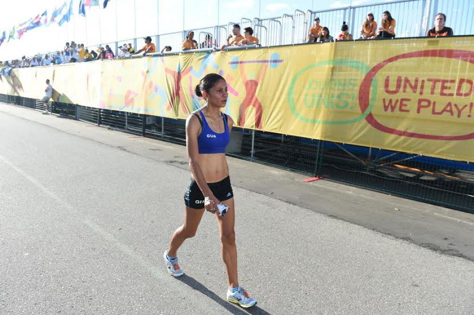 Mirna no podía creer lo que pasaba luego de tener que abandonar la carrera por descalificación. (Foto: Álvaro Yool/Nuestro Diario)