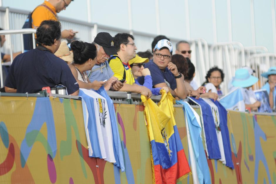 Aficionados guatemaltecos que desde temprano llegaron a apoyar a Mirna Ortiz en su prueba de marcha