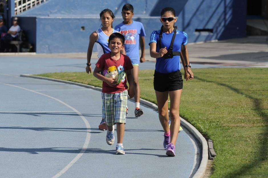El deporte en la sangre. Al hijo mayor de Mirna Ortiz también le gusta la marcha. (Foto: Pedro Pablo Mijangos/Soy502)