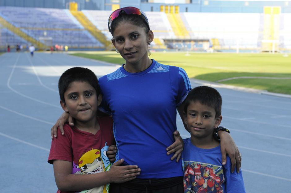 Los hijos de Mirna, Joshua y Ronin, la acompañan a algunos entrenos. (Foto: Pedro Pablo Mijangos/Soy502)