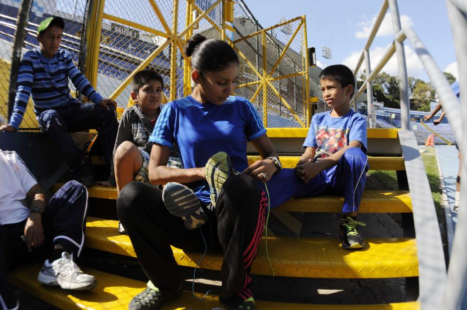 Mirna Ortiz trata de compartir con sus hijos el amor por el deporte. (Foto: Pedro Pablo Mijangos/Soy502)