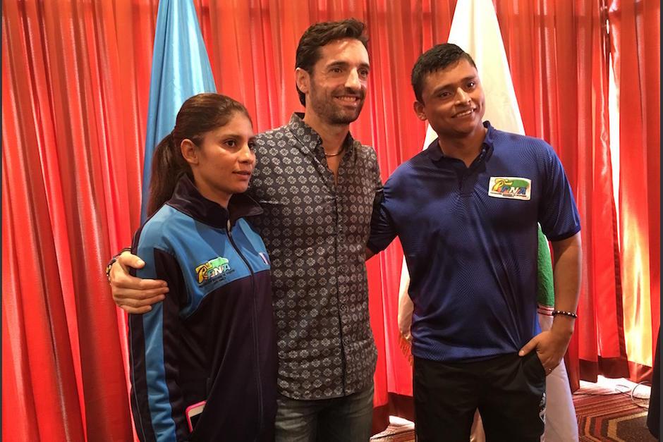 Mirna Ortiz y Erick Barrondo con su entrenador Francisco Fernández en conferencia de prensa. (Foto: Luis Barrios/Soy502)