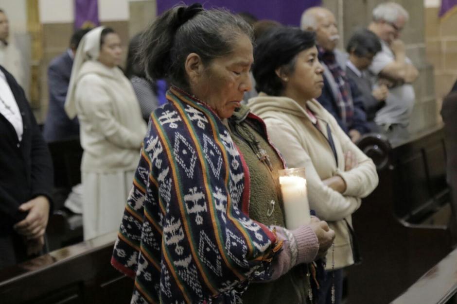 Con veladoras muchas personas pidieron por las niñas fallecidas. (Foto: Alejandro Balan/Soy502)