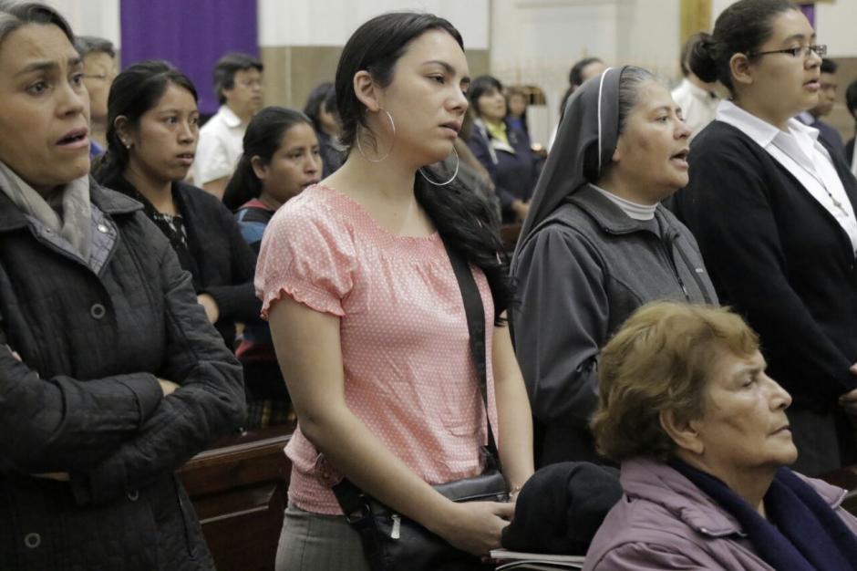 Las personas escucharon atentas el mensaje del Arzobispo. (Foto: Alejandro Balan/Soy502)