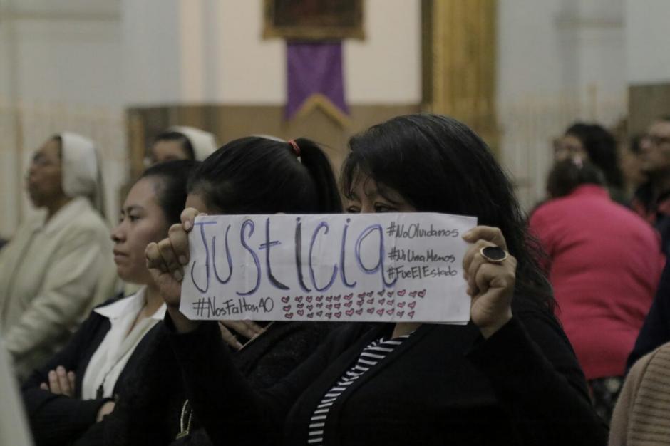 Con carteles se expresaron los asistentes a la misa. (Foto: Alejandro Balan/Soy502)