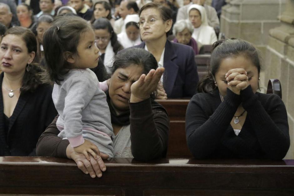 Familiares de las víctimas acudieron a la misa. (Foto: Alejandro Balan/Soy502)