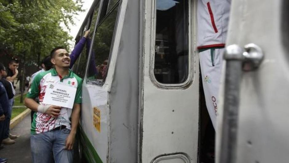 Usuarios de redes sociales han compartido imágenes del pugilista en su faena de obtener dinero en las calles. (Foto: capital.com.pe)