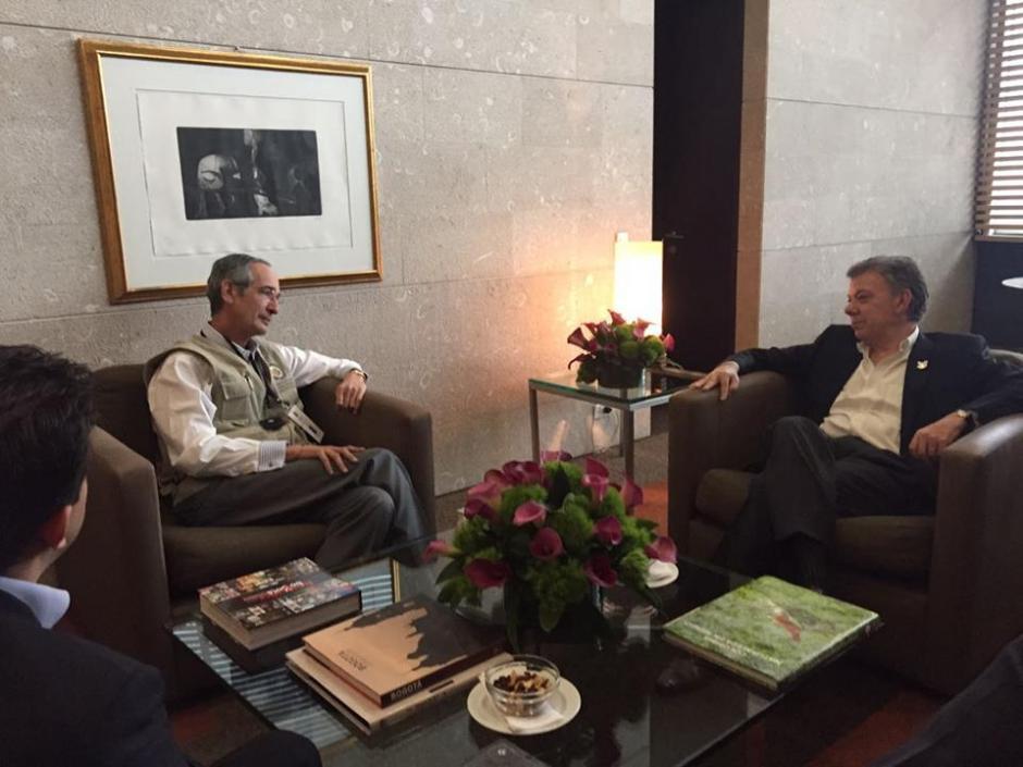 El expresidente Álvaro Colom está al frente de la misión de observadores de la OEA, aquí junto al presidente Juan Manuel Santos. (Foto: Misión OEA)