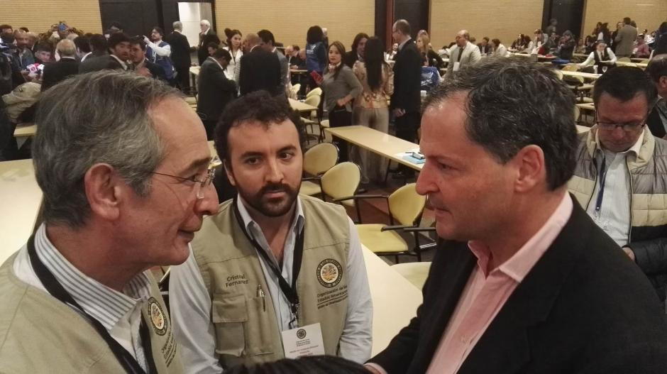 Colom junto a Sergio Jaramillo Alto comisionado para la paz del gobierno del presidente Santos.  (Foto: Misión OEA)