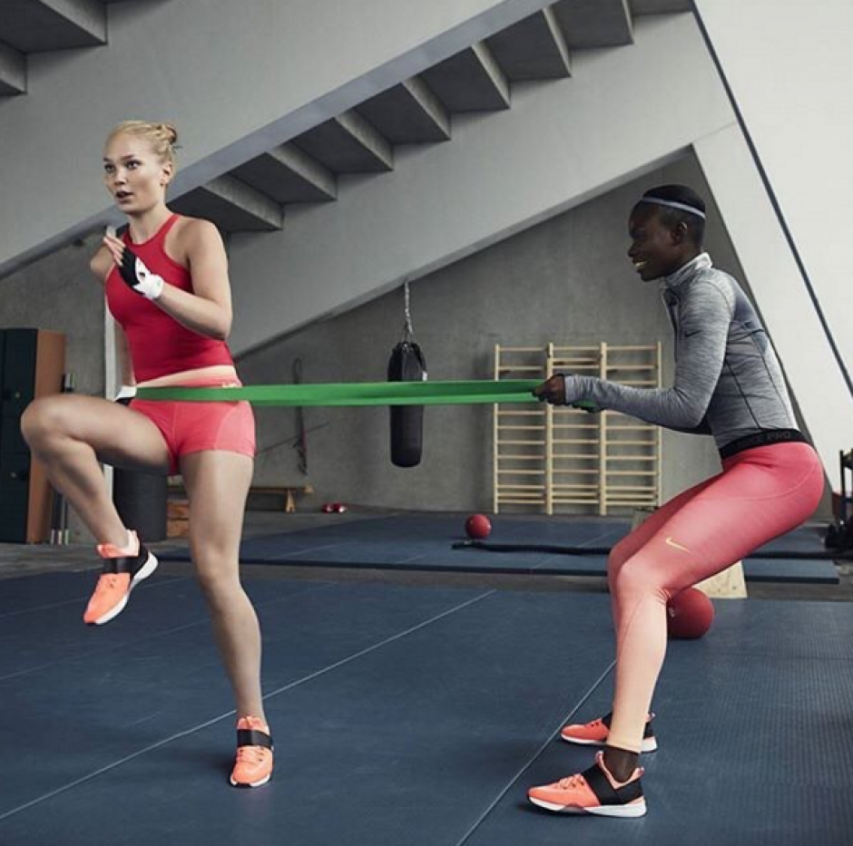 La modelo practica ejercicios de resistencia en el gimnasio. (Foto: Instagram)