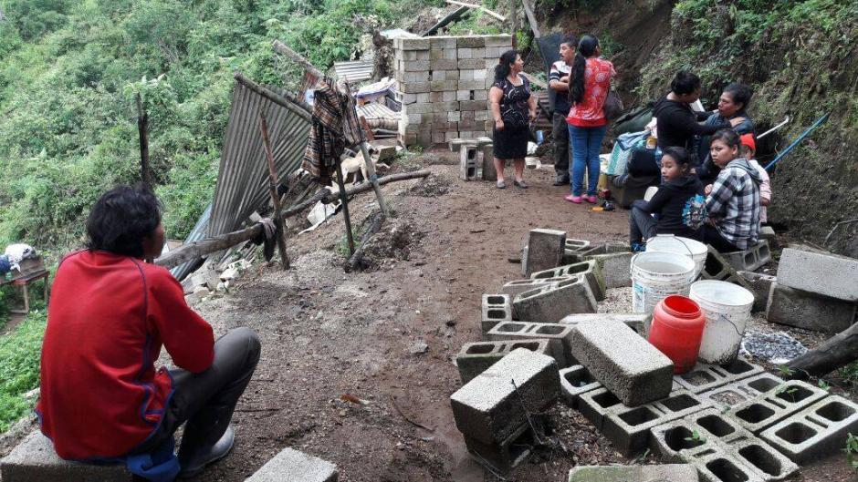 Los afectados en Mixco llegan en búsqueda de sus pertenencias. (Foto: Municipalidad de Mixco)