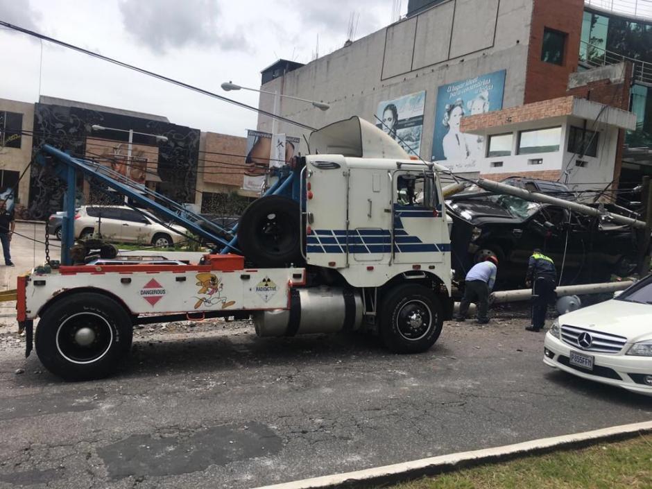 Luego de varias horas, fue movilizada la grúa que sufrió el percance vial.  (Foto: @EmixtraPablo)