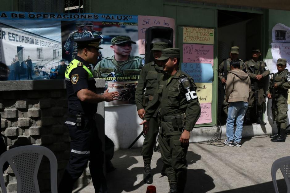 Elementos del destacamento en la zona 4 de Mixco se retiran. (Foto: Alejandro Balan/Soy502)