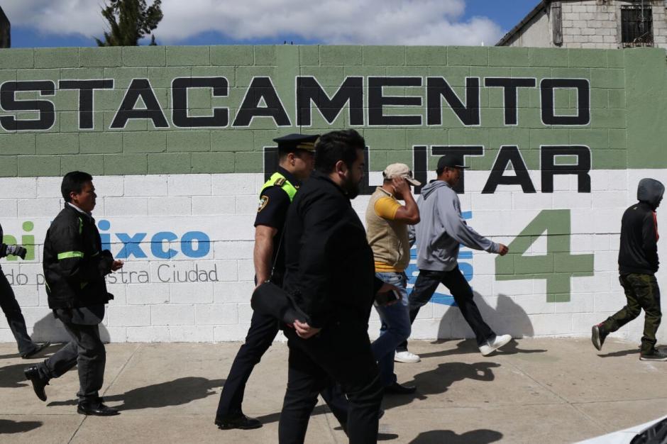 El jefe edil de Mixco pasó la noche afuera de ese destacamento. (Foto: Alejandro Balan/Soy502)