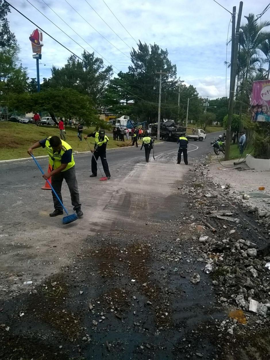 La Municipalidad de Mixco trabajo para limpiar el lugar. (Foto: @EmixtraPablo)