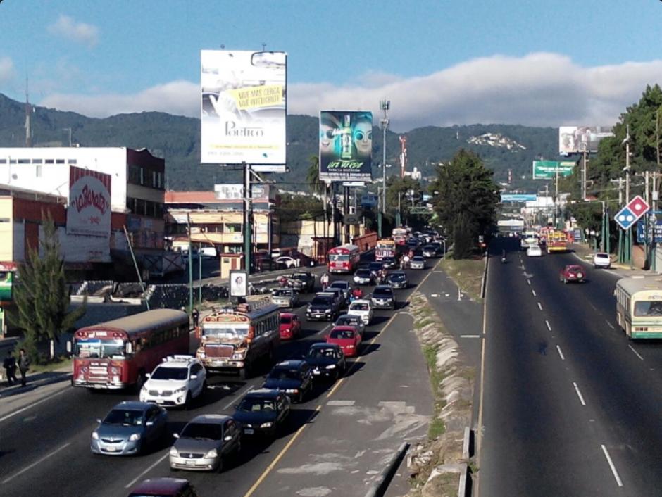 Dalia Santos publicó en su cuenta de Twitter que en la Calzada San Juan y Mixco había tránsito lento. (Foto: Twitter/Dalia Santos)