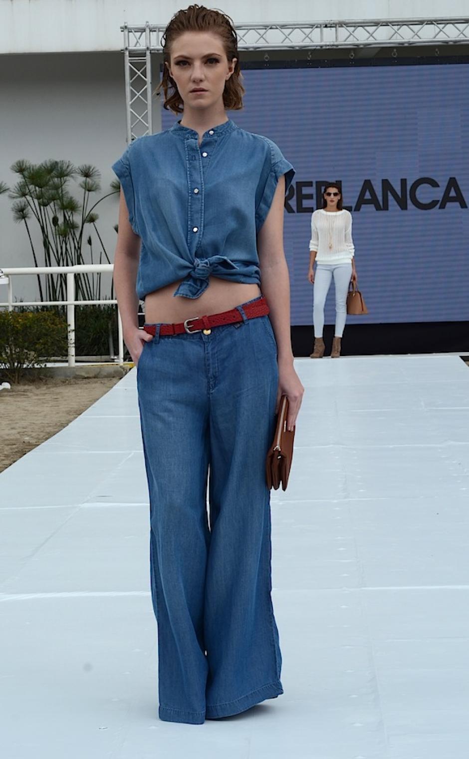Los pantalones holgados están de regreso, la lona es la textura principal de MNG. (Foto: Selene Mejía/Soy502)