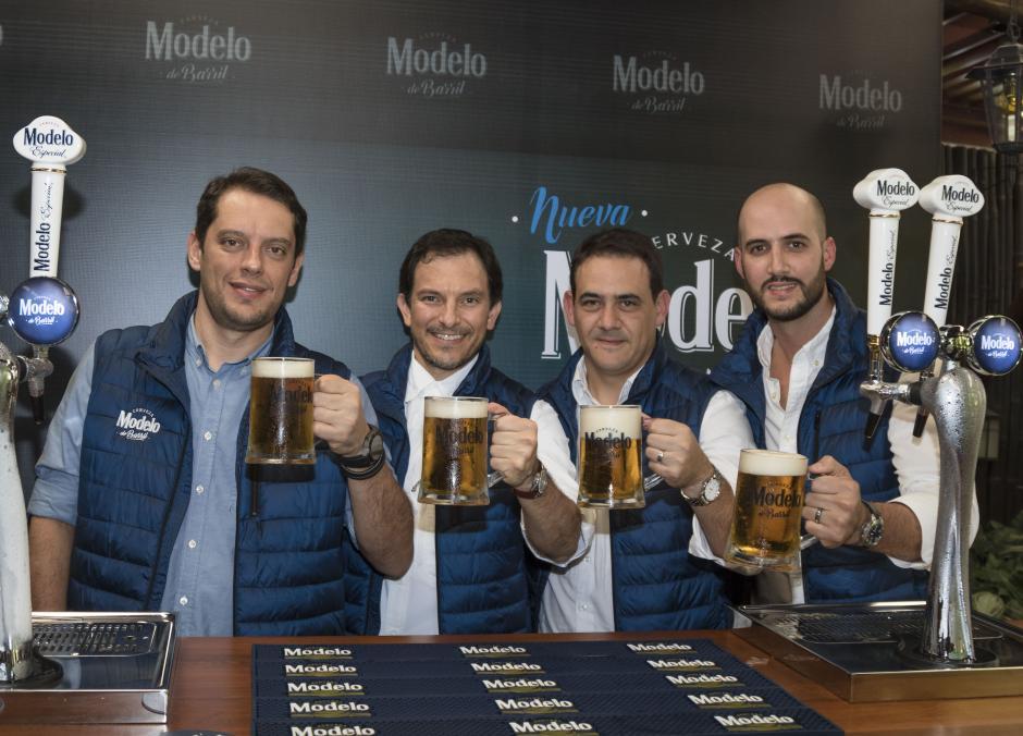 Representantes de la marca Modelo (de izq. a dcha.): Sandro Asís, Mikele Marsicovetere, Roberto Batres y Alejandro Fernández. (Foto: Eddie Lara/Soy502)