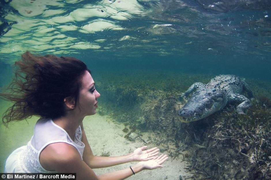 Modelo italiana cumple su peligroso sueño: posar junto a cocodrilos en su hábitat. (Foto: Eli Martinez/Barcrotft Media)
