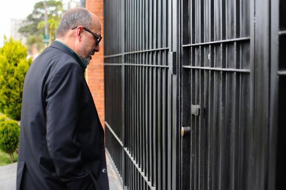 El abogado llegó casi cuatro horas tarde al allanamiento en casa de Pérez Molina. (Foto: Alejandro Balan/Soy502)