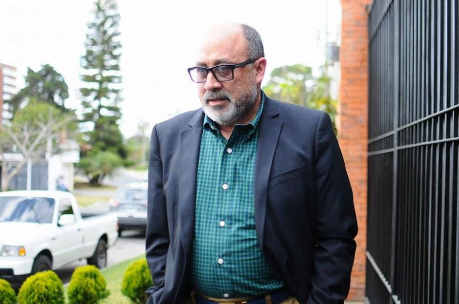 El abogado de Otto Pérez Molina, Moisés Galindo llegó tarde al allanamiento en casa de su defendido. (Foto: Alejandro Balan/Soy502)