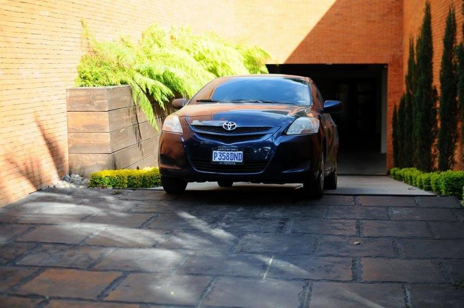 Un vehículo ingresó al estacionamiento de la casa de Pérez Molina. (Foto: Alejandro Balan/Soy502)