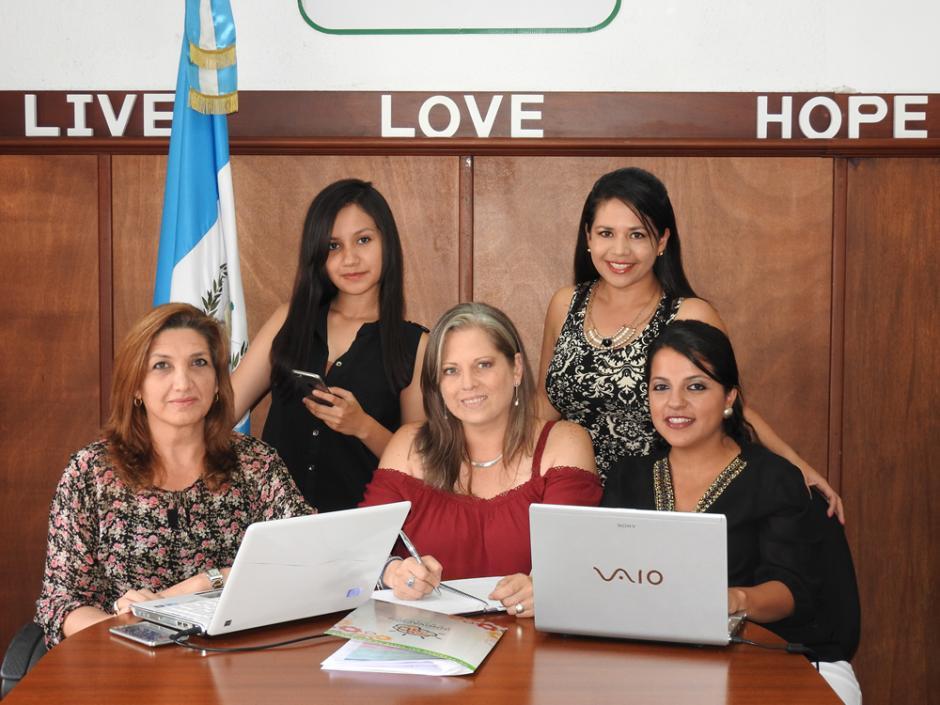 Olga Bolaños, Silvia Méndez, Sara Sánchez, Alicia Padilla y Jakelinne Concuá son las creadoras de Money by me. (Foto: UVG)
