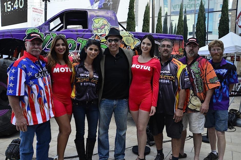 El crew del Monster Truck Destruction Tour invita a los guatemaltecos a asistir al show. (Foto: Selene Mejía/Soy502)