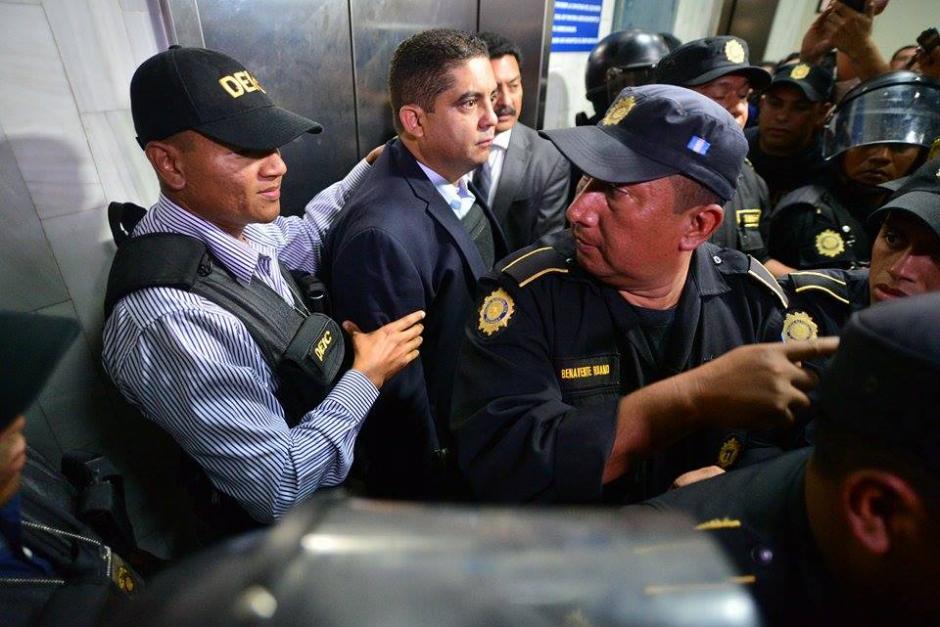 El ex Secretario Privado de la Vicepresidencia, Juan Carlos Monzón Rojas, se entregó a la justicia el 5 de octubre de 2015. (Foto: Wilder López/Soy502).