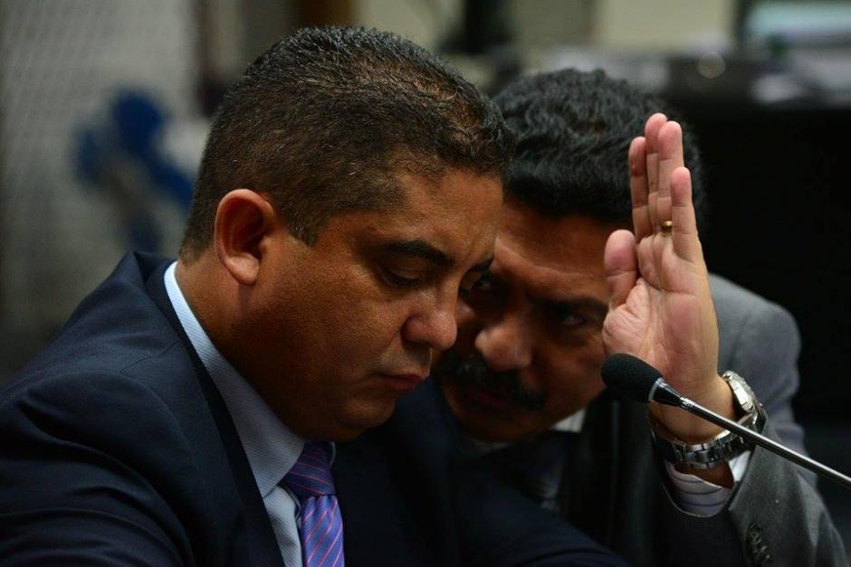 Monzón se mostró atento a las indicaciones de su abogado, Francisco García Gudiel. (Foto: Wilder López/Soy502).