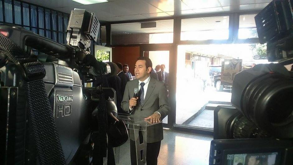 El mandatario ofreció una conferencia de prensa al salir del San Juan de Dios. (Foto: Jorge Sente/Nuestro Diario)
