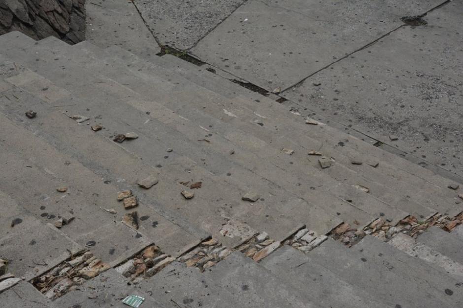 Las gradas quedaron rotas después del paso de la moto. (Fotos: Facultad de Arquitectura de la Universidad de San Carlos de Guatemala)