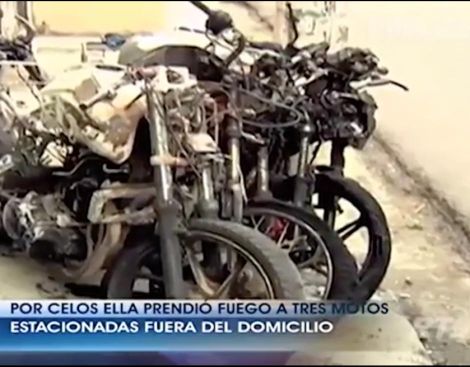 La mujer prendió fuego a tres motocicletas, una de ellas propiedad de su expareja. (Foto: Captura de pantalla)