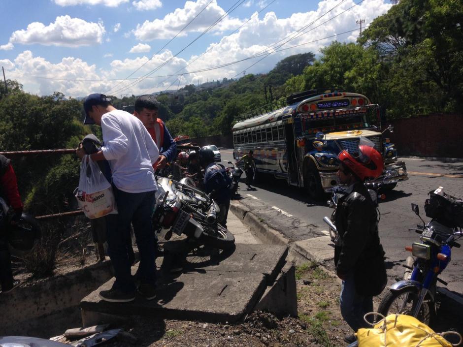 Aparentemente la motocicleta se quedó sin frenos, según indicaron socorristas. (Foto: @manglorz)